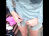 мокрая малолетка киска разделась на улице